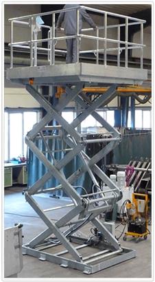 Vertikaler Dreifach-Scherenhubtisch mit Alu-Plattform