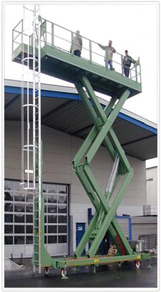 Fahrbarer Vertikaler Doppel-Scherenhubtisch als Hubarbeitsbühne in einer Schiffswerft.